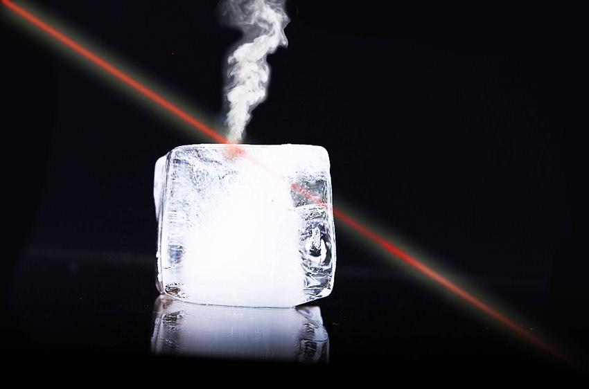 лазер прожигает лед