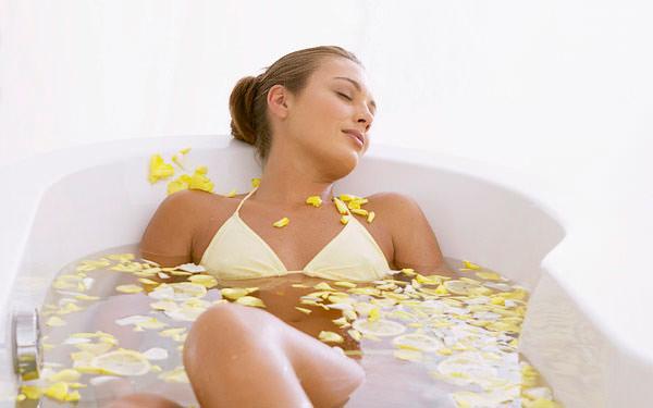 девушка лежит в ванной