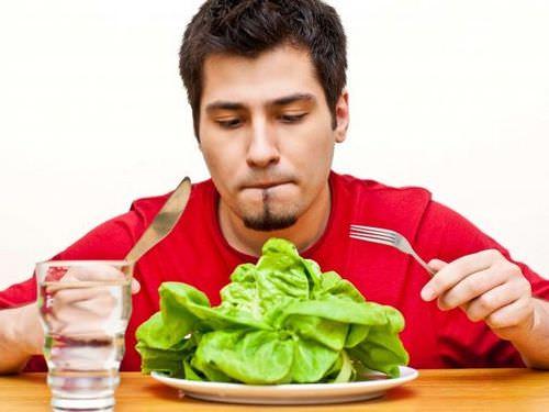 мужчина ест капусту