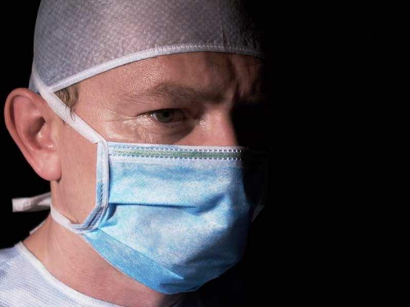 врач в маске